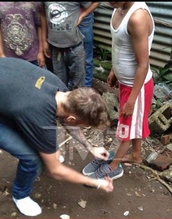 Justin Bieber donnant ses chaussure a un pauvre enfant ...