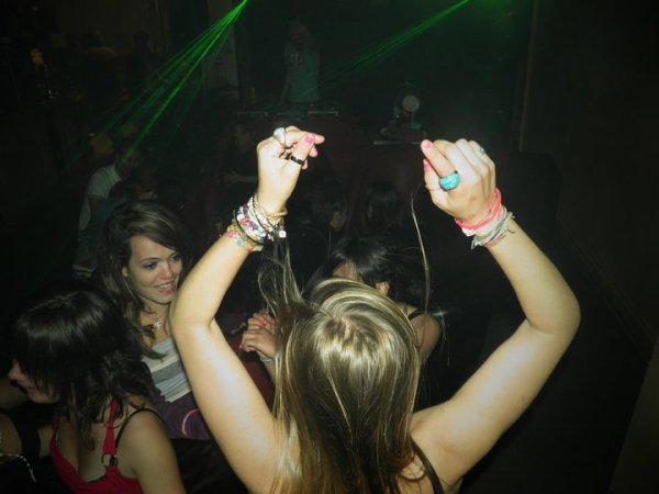 Faites la fête avec tout votre corps, avec tout votre être. Et tant pis si vous y laissez quelques plumes. Ça repousse !