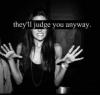 C'est tellement plus facile de sourire, plutôt que d'être heureux.