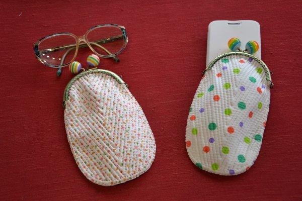 Pochettes réalisées en boutis sur tissu fleuri