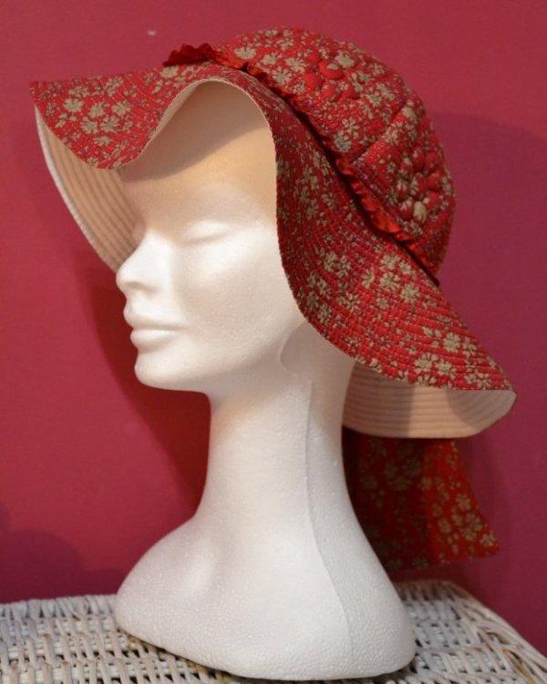 Capeline provençale de couleur rouge