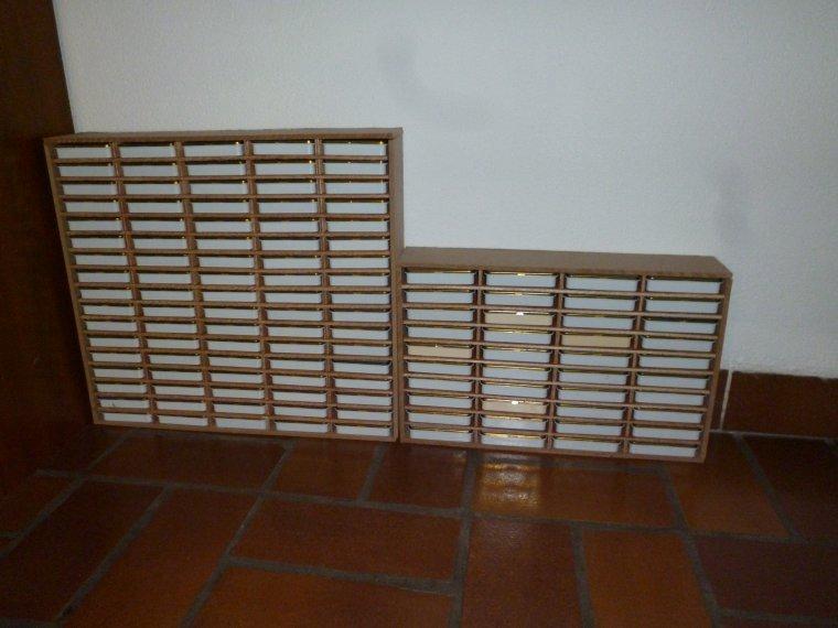 petits meuble avec des boites de cigares