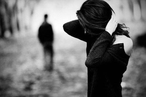 J'espère te voir revenir mais je me ment, alors j'essaie de te retenir et je te regarde t'éloigner tout doucement ..