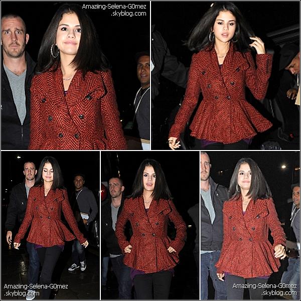 """Dimanche 26 Septembre : Selena Rejoignant avec son Beau-Père la Station de Radio """"BBC Radio 1""""  à Londres"""