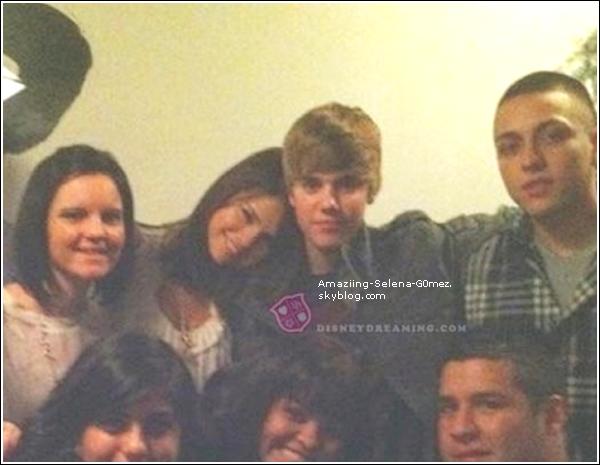 Découvrez une Photo que Selena a Posté sur Son Compte Twitter en Compagnie de sa Cousine et avec un Message :