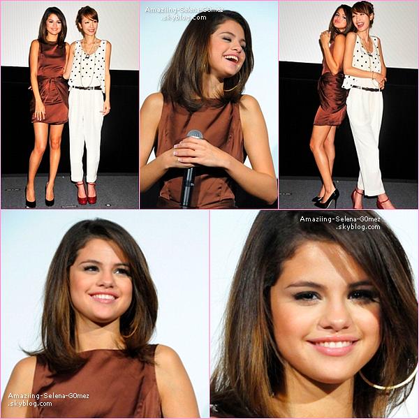 """Lundi 21 Février : Selena était au cinéma Toho Roppongi Hills à Tokyo Pour Promouvoir sa Série """"Les Sorciers de Waverly Place """""""