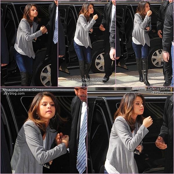 Lundi 14 Mars : Selena Quittant Son Hôtel Rockefeller Plaza En Mangeant Des Chips à New York .