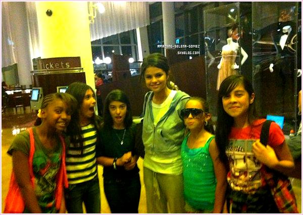 """On a enfin des Nouvelles De Notre Sorcière Préféré Grâce à Des Fans qui ont Rencontrés Samedi 16 Avril Selena au Cinéma Elle est allée Voir """"Scream 4"""". Découvrez une Photo de Selena avec ses Fans, Elle est très souriante."""