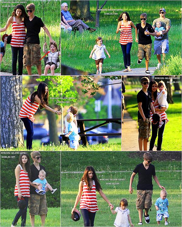 Mardi 31 Mai : Selena et Justin avec Le Père, La Petite Soeur et Le Petit Frère de Mister Bieber, Jouant et Se Promenant Dans un Parc à Toronto au Canada.