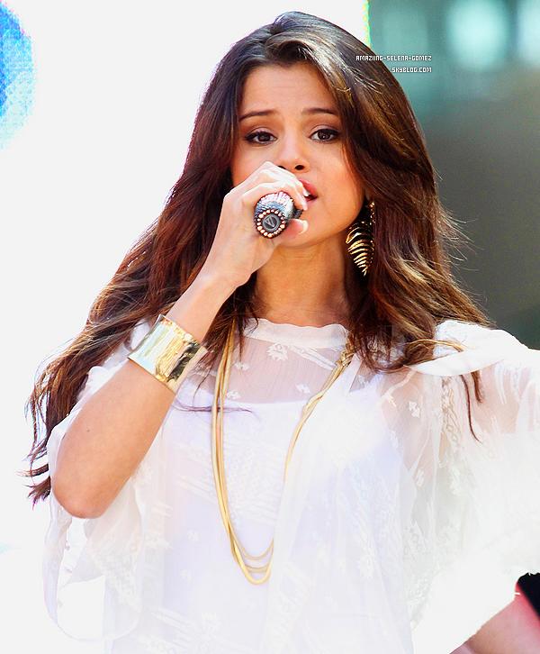 """Lundi 13 Juin : Selena Arrivant au Centre Commercial de Santa Monica Pour Commencer la Promo de Son Film """"Monte Carlo""""."""