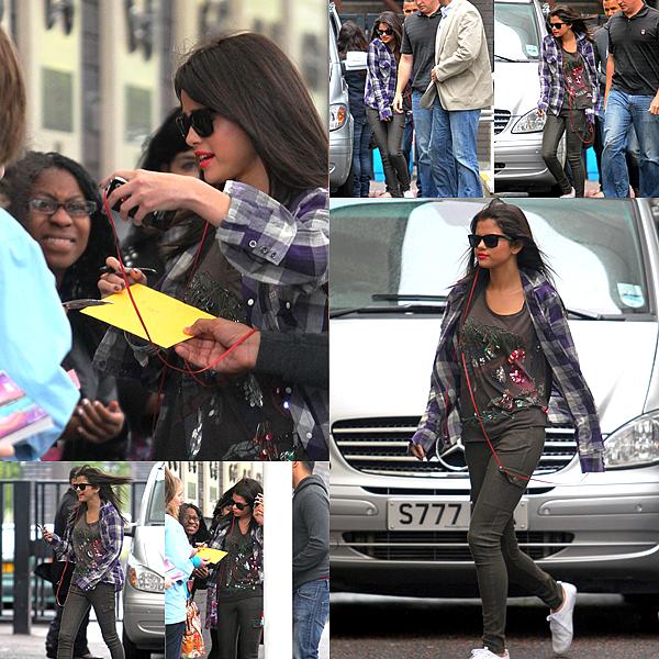 """Vendredi 8 Juillet au Matin : Selena (Portant la Chemise de Justin) Quittant son Hôtel Pour se Rendre à l'émission """"DayBreak""""."""