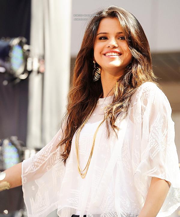 Selena se Met aux Enchères Pour la Bonne Cause.