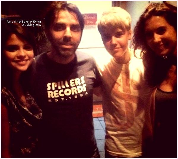 Samedi 16 Juillet : Selena et Justin Posant avec des Fans Après Avoir Dîner Ensemble dans un Restaurant.