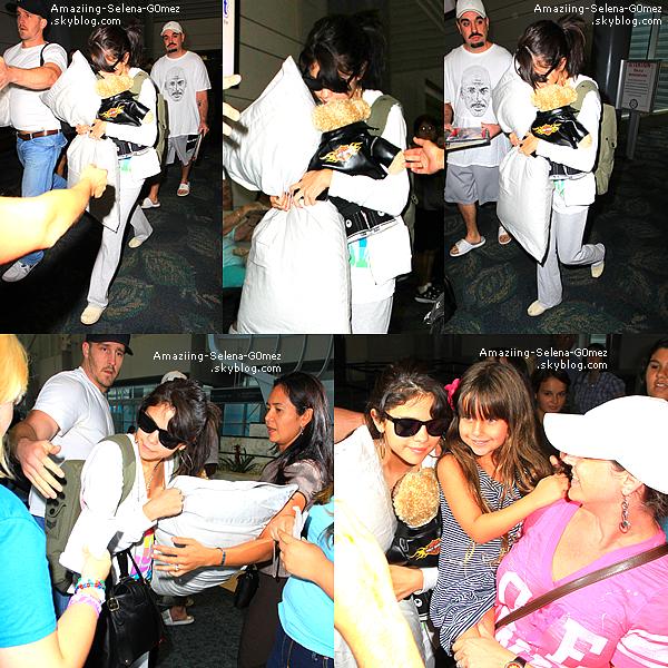 Mardi 26 Juillet : Selena Arrivant à l'aéroport de Miami.  Top ou Flop ?
