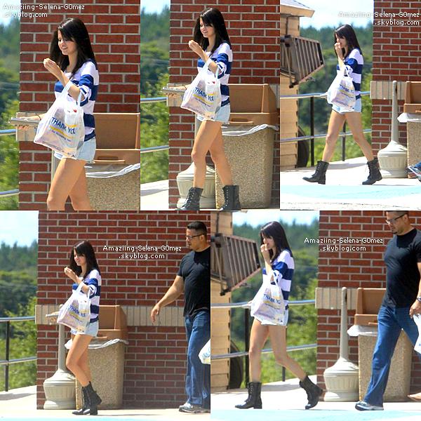 Samedi 30 Juillet : Selena Quittant une Station d'essence Après Avoir Acheter de la Nourriture et des Friandises en Floride.