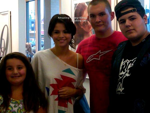 Lundi 15 Aout : Selena Posant avec des Fans dans le Magasin Claire's dans un Centre Commercial au New Hampshire.