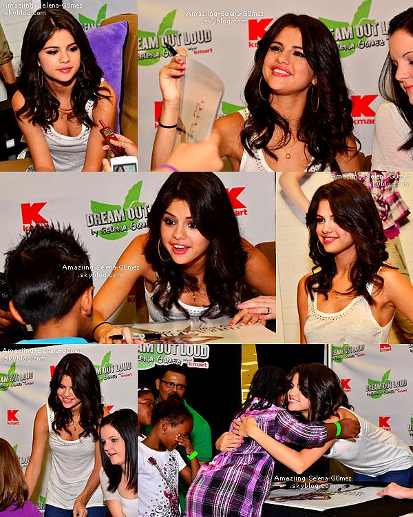 """Vendredi 19 Août : Selena Donnant une Séance de Dédicace Pour sa Ligne de Vêtement """"Dream Out loud"""" dans un Magasin Kmart à Philadelphie."""