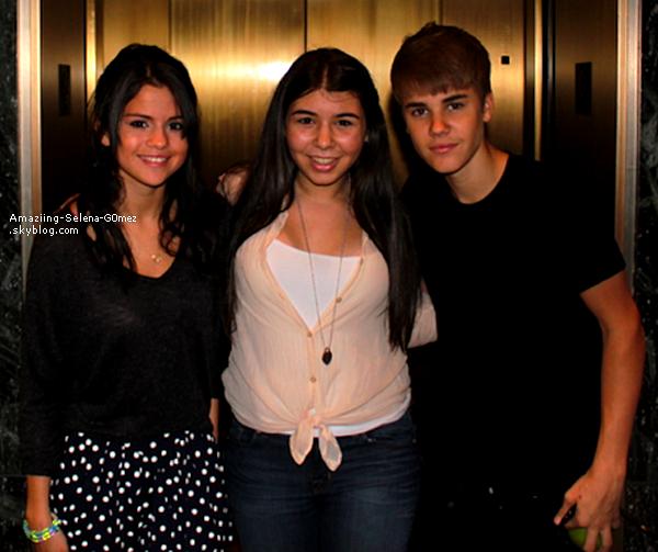 Lundi 22 Août : Selena et Justin Posant avec une Fans à Toronto au Canada.