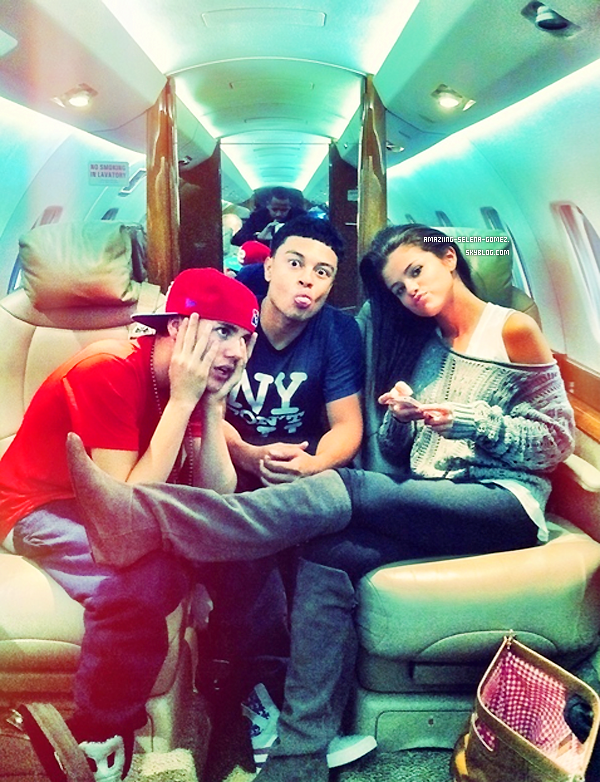 Samedi 24 Septembre : Selena avec sa Mère et Son Beau-Père se Rendant dans un Café à Los Angeles.