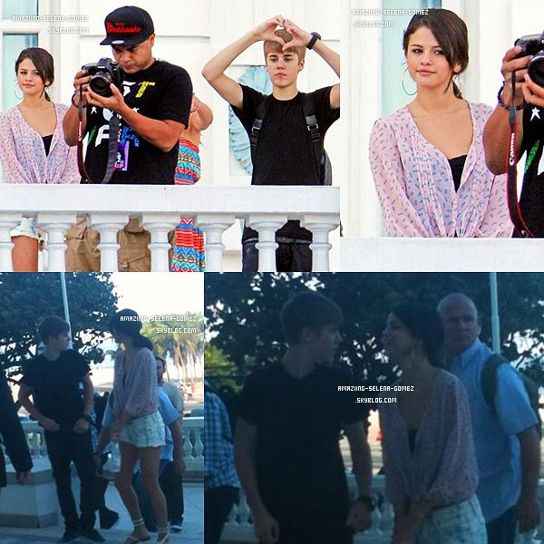 """Jeudi 6 Octobre : Selena Restant à l'écart sur le Balcon de leur hôtel """"Copacabana Palac"""" Pendant que Justin Salue ses Fans au Brésil. Vidéo"""