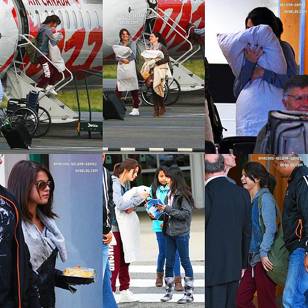 Mercredi 12 Octobre : Selena en Compagnie de Ashley Cook Arrivant à l'aéroport Victoria au Canada.