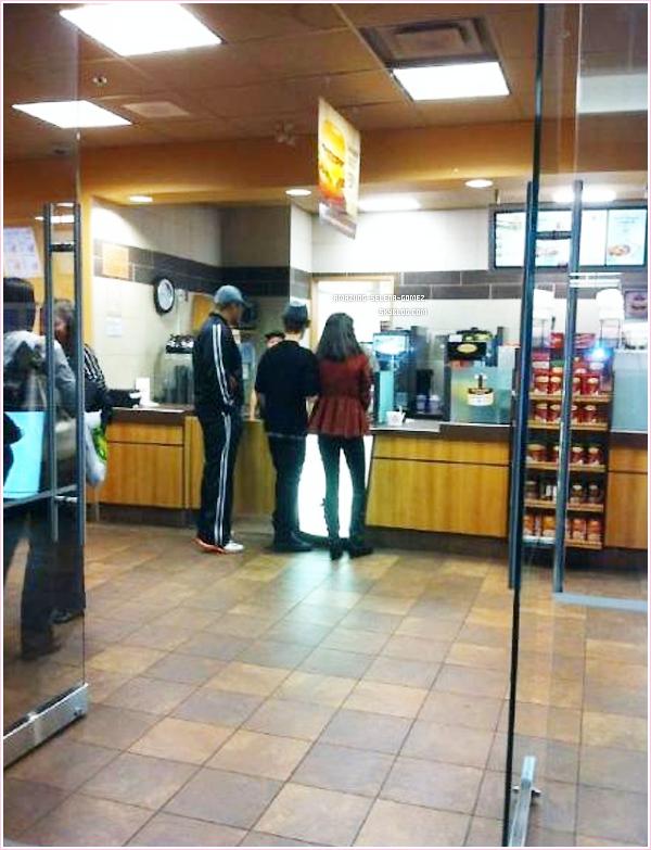 Jeudi 20 octobre : Le Couple Jelena Commandant un Repas au  Tim Horton à Winnipeg au Canada.
