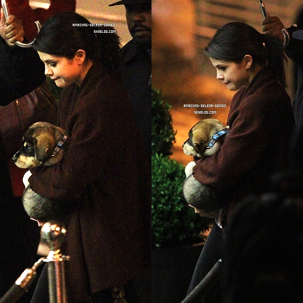 Mercredi 26 Octobre : Selena Quittant Un Restaurant à Toronto au Canada.