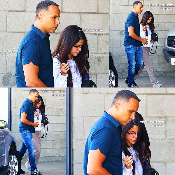 Jeudi 3 Novembre : Selena Très Souriante Mais aussi Très Encercler Par Les Fans et les Pap's Arrivant à L'aéroport de LA Direction Belfast en Irlande.