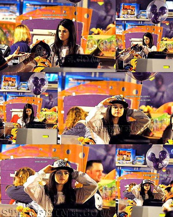 Jeudi 17 Novembre : Selena Essayant une Casquette dans un Magasin à Disneyland en Californie.