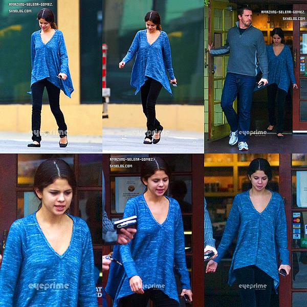 Vendredi 18 Novembre : Selena et son Beau-Père Brian Ont été Aperçut Après Avoir Déjeuner à Encino en Californie.