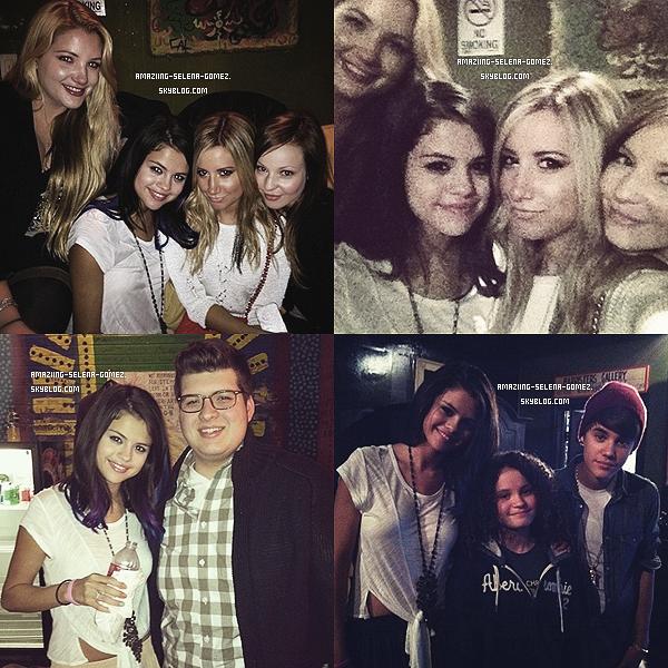 """. Le 20 Janvier Selena était sur le Red Carpet du """"Acoustic Concert for Unicef"""" dans West Hollywood, en Californie. J'aime beaucoup cette tenue elle est particulièrement belle, j'ai un coup ce coeur pour les accessoires de sa tenue la jupe aussi est vraiment très belle, le makeup est vraiment beau aussi un top! ."""