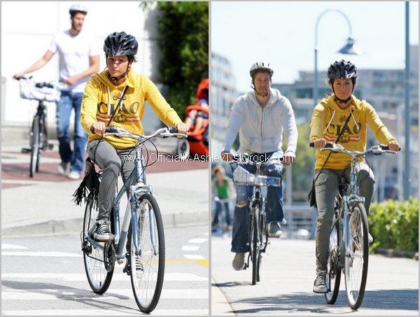 Ashley et son petit ami Scott ont été vus le dimanche 29 Août faisant du vélo à Vancouver .