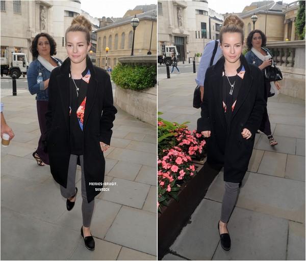 . Le 21 juin 2013 : Bridgit arrivant aux studios de l'émission Daybreak à Londres .