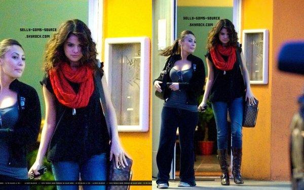 """Selena quittant le restaurant """"Shushi Dan"""""""