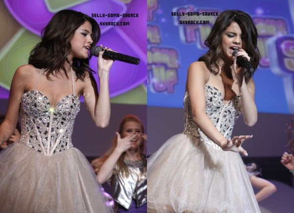 "Selena chante ""Shake It Up"" à l'évènement Disney Upfront + Demi Lovato"