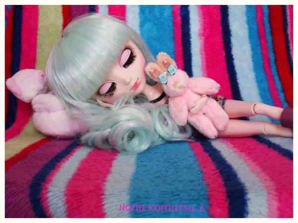 Nana qui dors avec son lapin rose