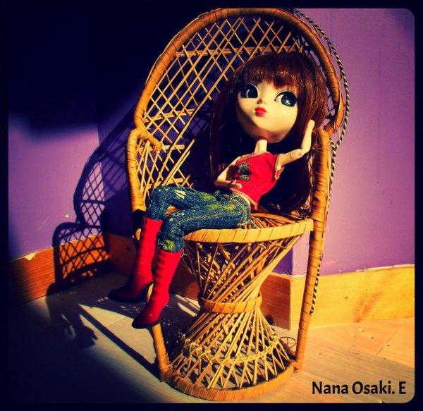 "Nana qui prend un bain de soleil à l'interrieur ^^"""