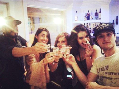 Photo de Josh dans un mini bar avec sa girlfriends Claudia en train de prendre un petit drink.