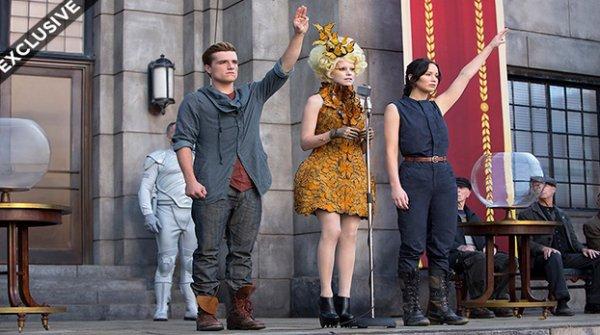 Nouvelle photo de Catching Fire de Peeta,Katniss en train de faire le signe de la main.Ils sont a la moisson pour savoir le sort.Pour plus d'informations,le new trailers de catching fire sera diffuser le 20 juillet au Comic Con.Les stars qui iront sont,Josh Hutcherson,Jennifer Lawrence et toutes les autres sûrement.
