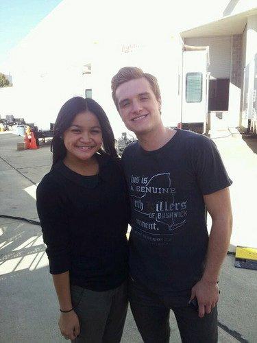 Photo de Josh avec une fan et ses cheveux....WOW,on dirait Peeta,trop cute.