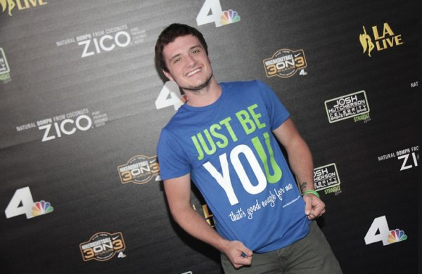 "Photos de Josh au ""5th Annual Nike Basketball 3ON3 Tournament"" - Meet and Greet ,prises le 9 août 2013."