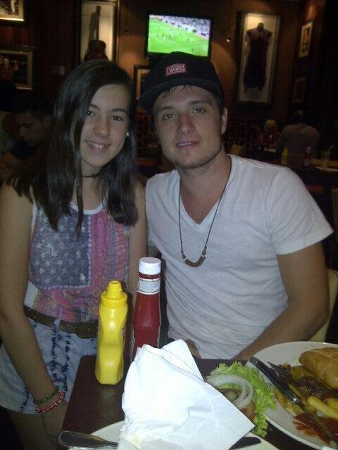 Photo de Josh à Madrid avec une fan,dans un restaurant en train de déguster un délicieux hamburger,mais je vois aussi qu'il ne mange pas ses légumes ,c'est pour ça qu'il est petit,coquin,prise le 22 août 2013! ;D