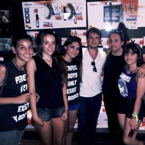 Photos de Josh à Madrid avec des fans,prises le 22 août 2013.