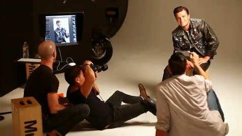 "Behind the scenes pour le photoshoot de Josh du ""OUT Magazine""."