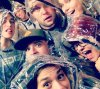 Photo de Josh avec ses amis/es à son anniversaire.