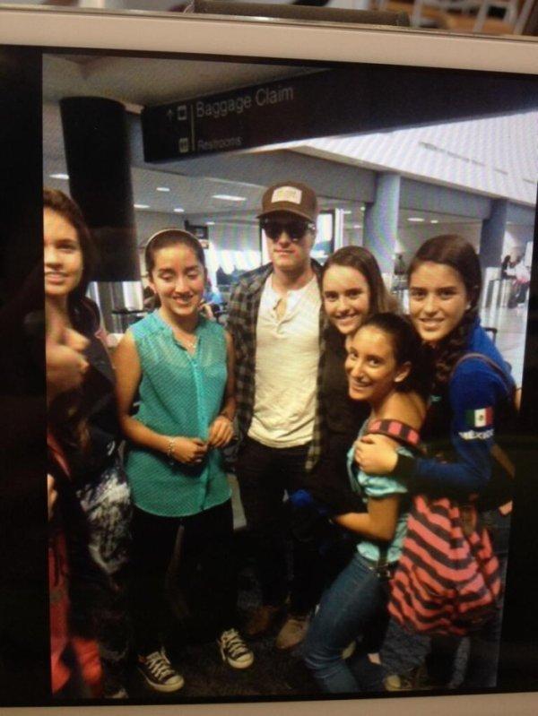 Photo de Josh avec des fans.