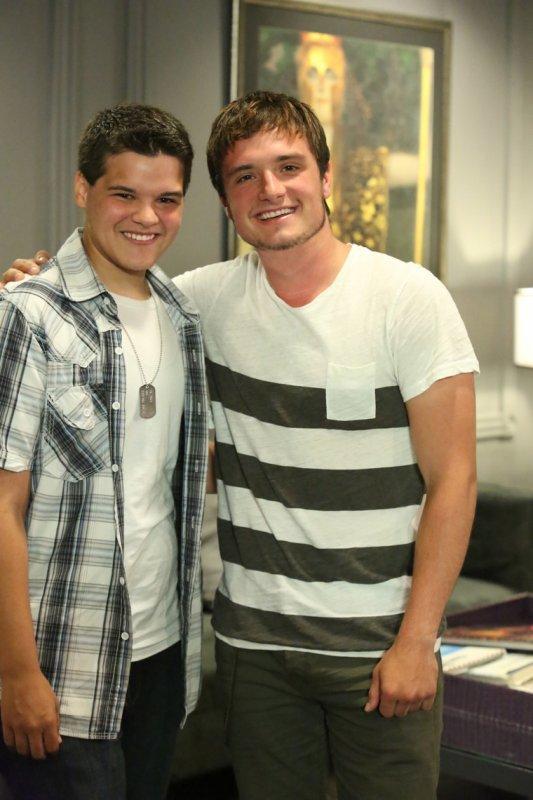 """Photo de Josh avec la personne qui sera honoré au """"Halo Awards 2013""""."""