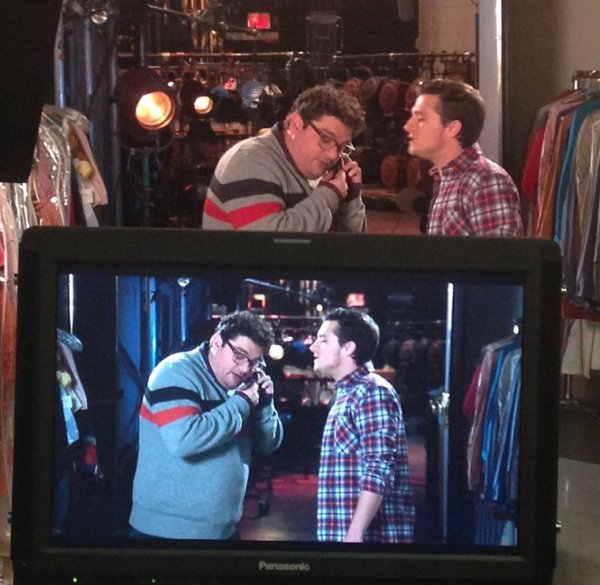 "Les backstages du tournage de la promo de Josh pour l'émission ""Saturday Night Live""."