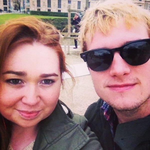 Photo de Josh avec une fan,à Paris,prise le 31 janvier 2014.