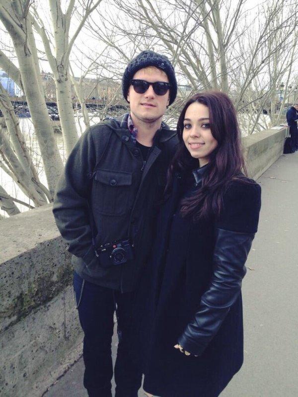 Photo de Josh avec une fan(version complète),à Paris,prise le 31 janvier 2014.
